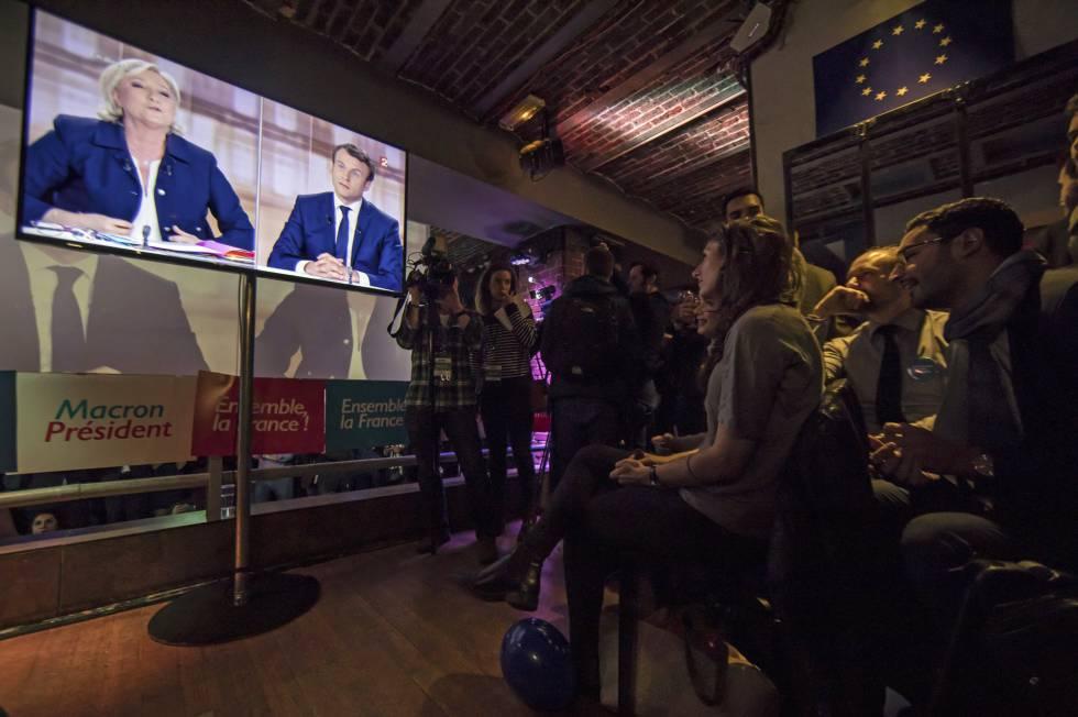 Seguidores del candidato presidencial socioliberal del movimiento En Marche !, en un bar de París