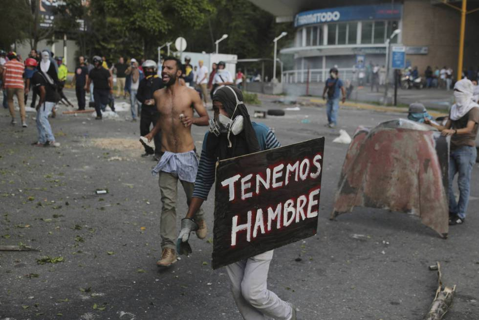 Manifestantes hoy en El Hatillo, al este de Caracas.