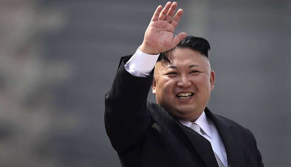 El líder de Corea del Norte, Kim Jong-un, saluda durante un desfile militar en el 105 cumpleaños de su abuelo, el fallecido Kim Il-Sung.