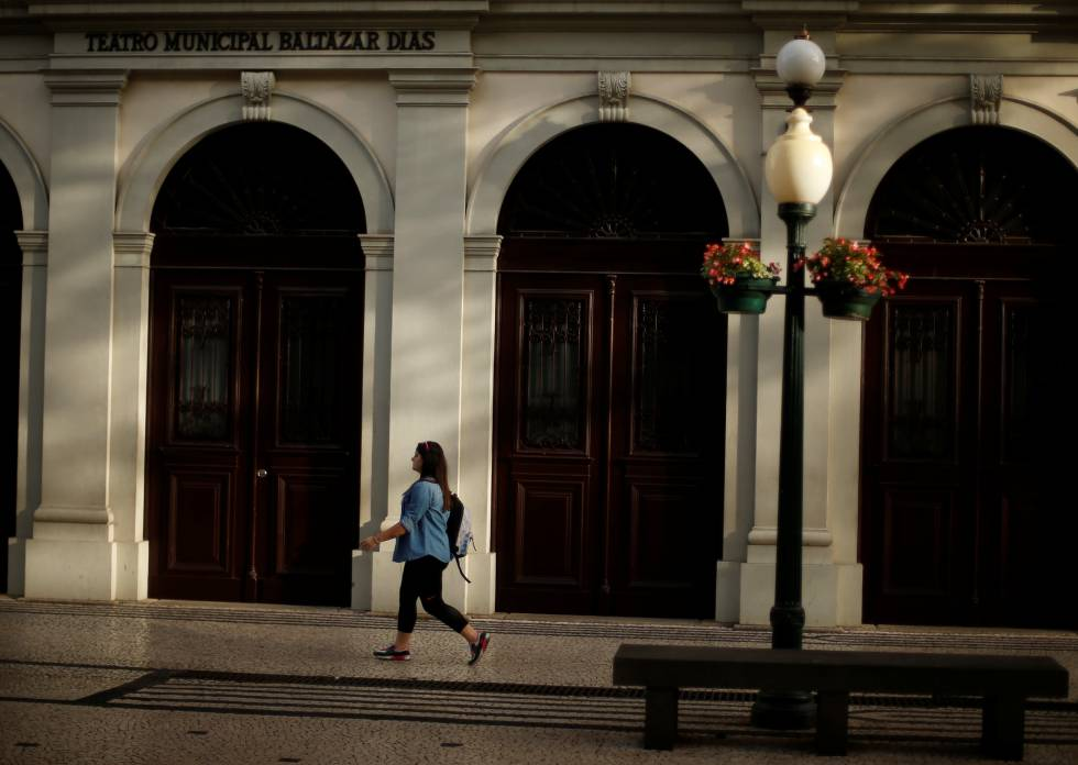 Una mujer camina frente al teatro Baltazar Dias, en Funchal (Portugal).