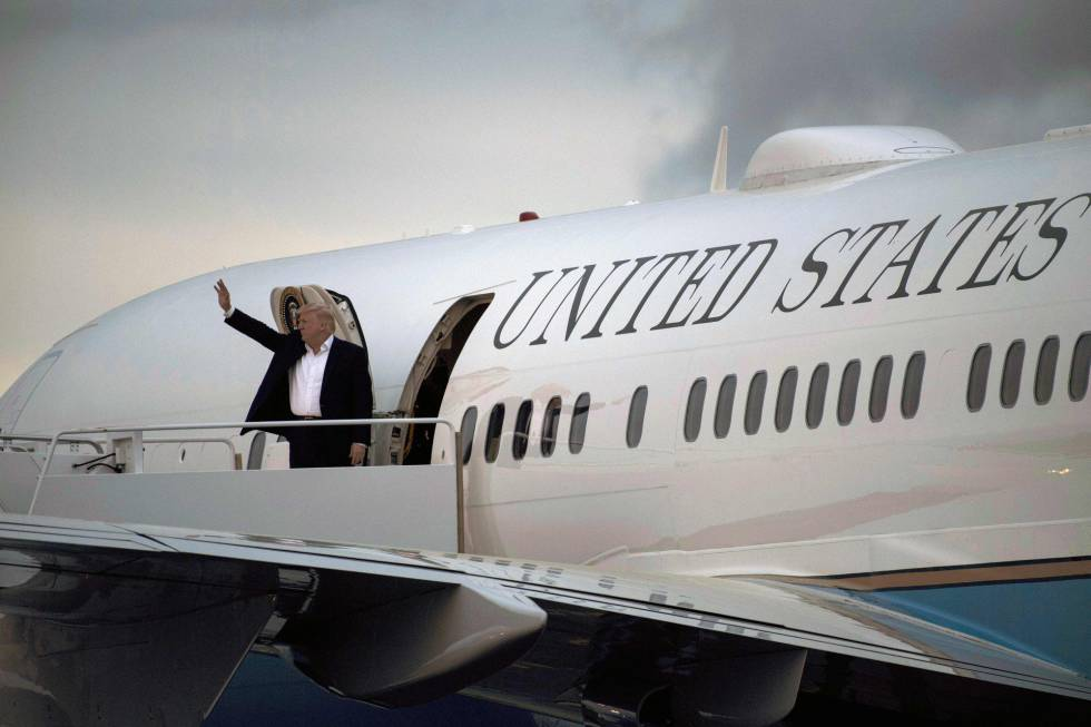El presidente Trump sube abordo del Air Force One en New Jersey.