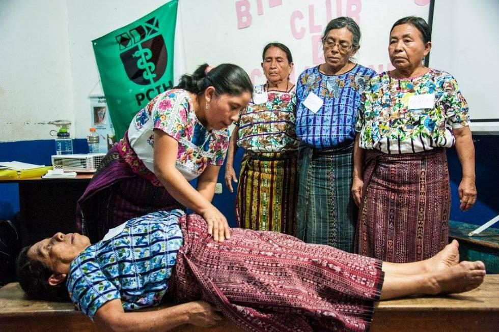 Comadronas participan en un ejercicio en Santiago, Guatemala.