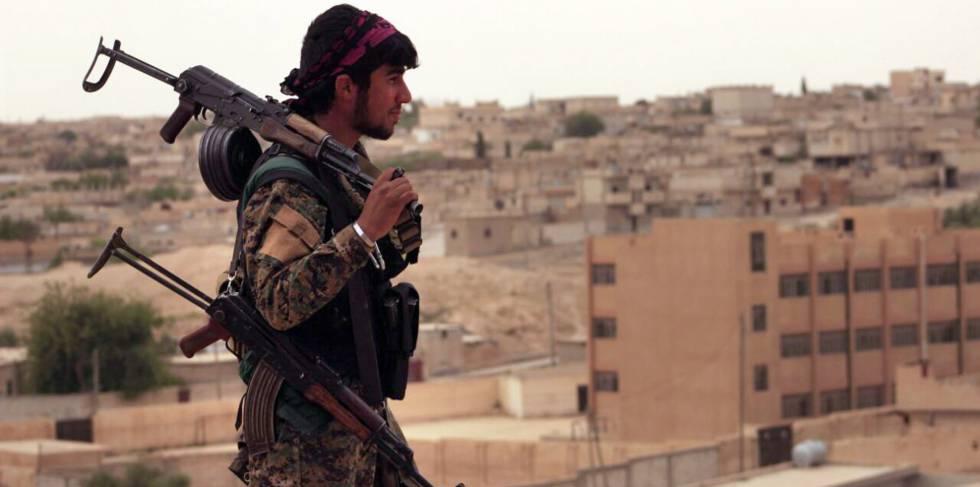 Un miembro de las milicias kurdas de Siria que luchan contra los yihadistas, en el norte de la ciudad de Tabqa, en una imagen del 30 de abril.