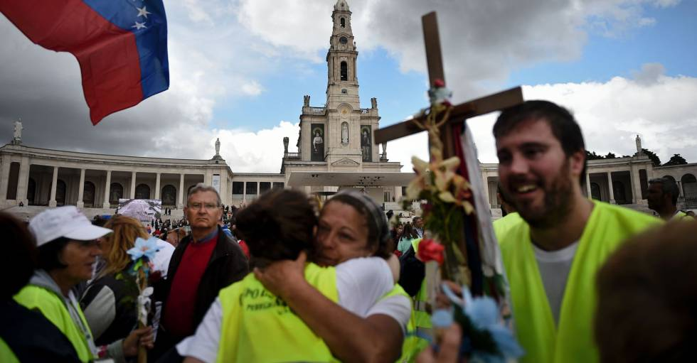 Dos peregrinos se abrazan a su llegada a la catedral Fátima, este jueves.