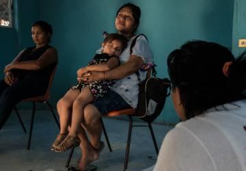 Mujer espera con su nieta en un albergue de Tenosique, Tabasco