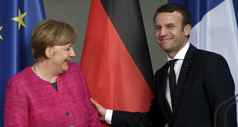 El presidente francés, Emmanuel Macron, y la canciller alemana Angela Merkel, este lunes en Berlín.