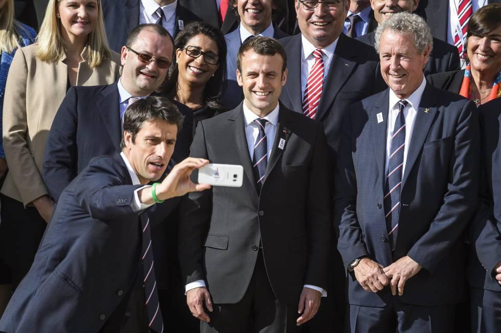 El presidente Macron con representantes de la candidatura olímpica de París.