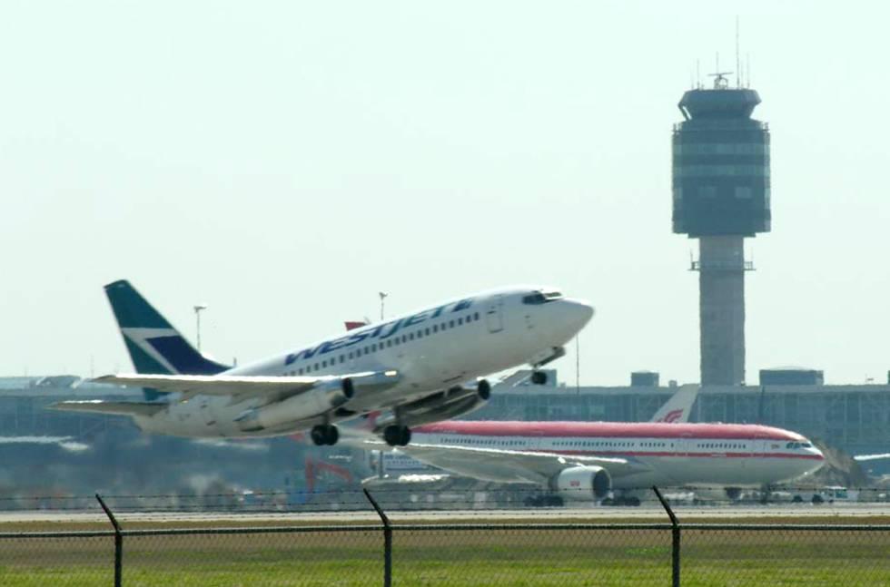 Un avión despega del aeropuerto internacional de Vancouver.