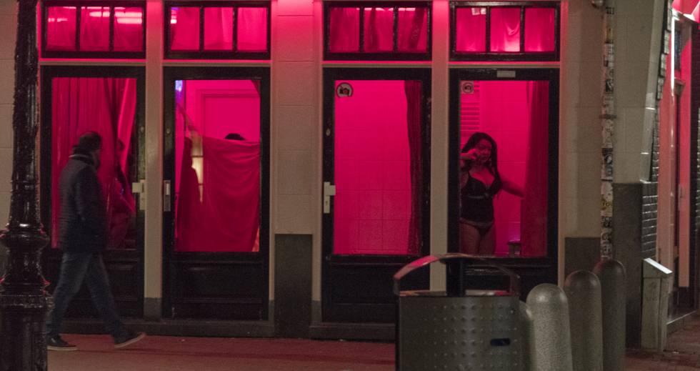 Prostitutas esperan clientes tras el cristal en el Distrito Rojo de Ámsterdam, en abril de 2017