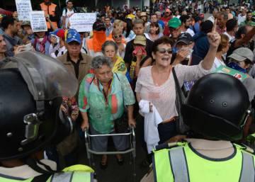 Los 'abuelos' salen a la calle para protestar contra Maduro