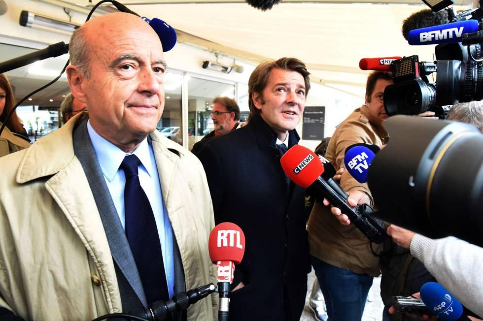 Alain Juppe (I) y el jefe de campaña de Los Republicanos François Baroin