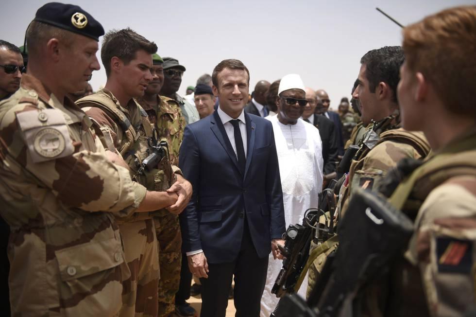 El presidente francés Emmanuel Macron saluda a tropas francesas en Malí
