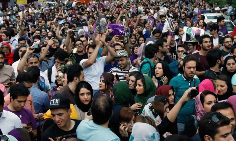Seguidores del presidente Rouhani en Teheran, este sábado