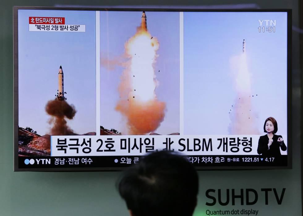 Un hombre mira la televisión que emite imágenes del lanzamiento de un misil en Corea del Norte