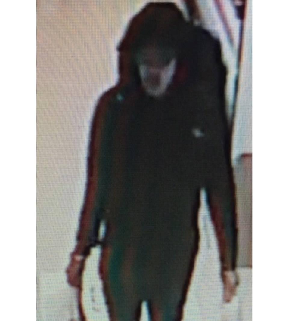Imagen captada por las cámaras del Manchester Arena del supuesto autor del atentado con la mochila a cuestas, publicada por Sky News.