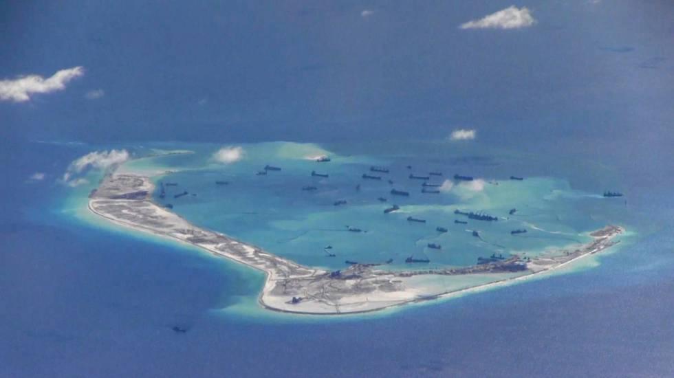 Construcción de uno de los islotes articiales en el mar del sur de China