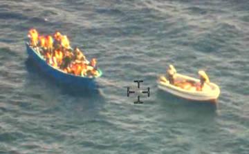 Lanchas, que los servicios de Inteligencia identifican como traficantes de personas, acompañan a las pateras hasta alta mar en el Mediterráneo Central