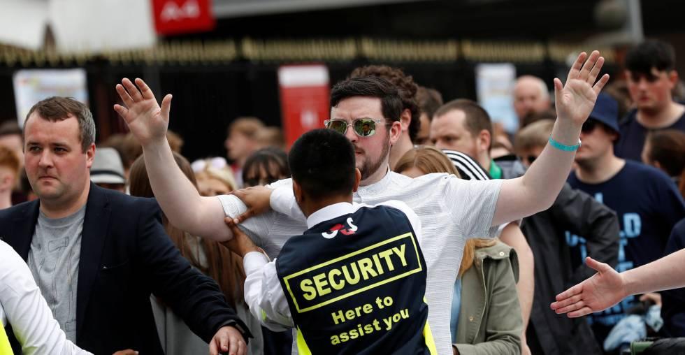 Personal de seguridad registra a los asistentes a un concierto en Mánchester, este sábado.