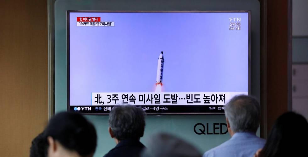 Varias personas  en Corea del Sur pendientes de las informaciones sobre el lanzamiento del misil norcoreano.