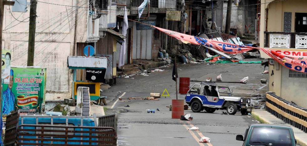 Banderas del ISIS en la línea de confrontación en Marawi.