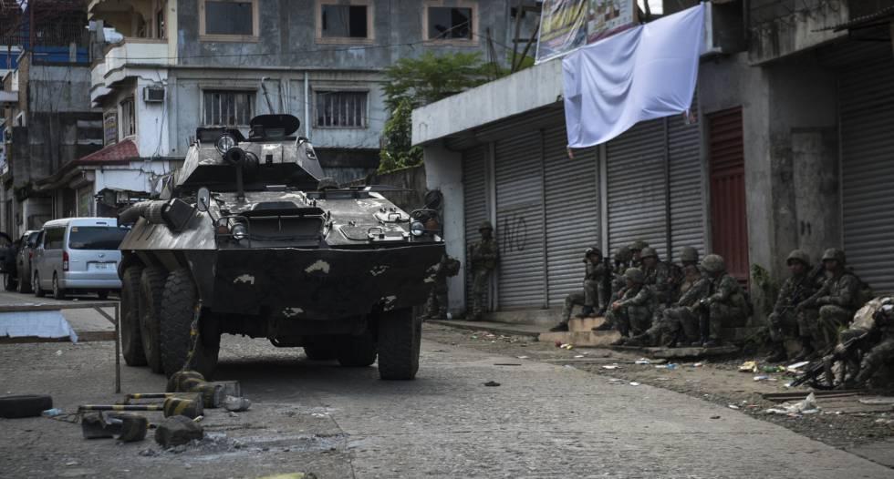 Un tanque inicia el avance en una calle de Marawi.