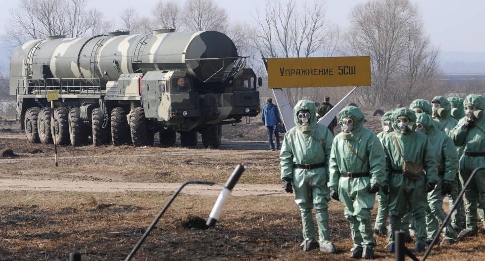 Soldados rusos llevan trajes de protección química en la base de misiles balísticos intercontinentales de Topol en abril de 2010.