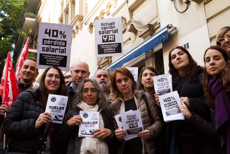 Los trabajadores concentrados frente a la oficina de Empleo de España.