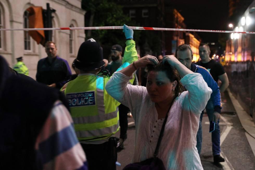 La policía traslada evacua a varios ciudadanos de la zona.