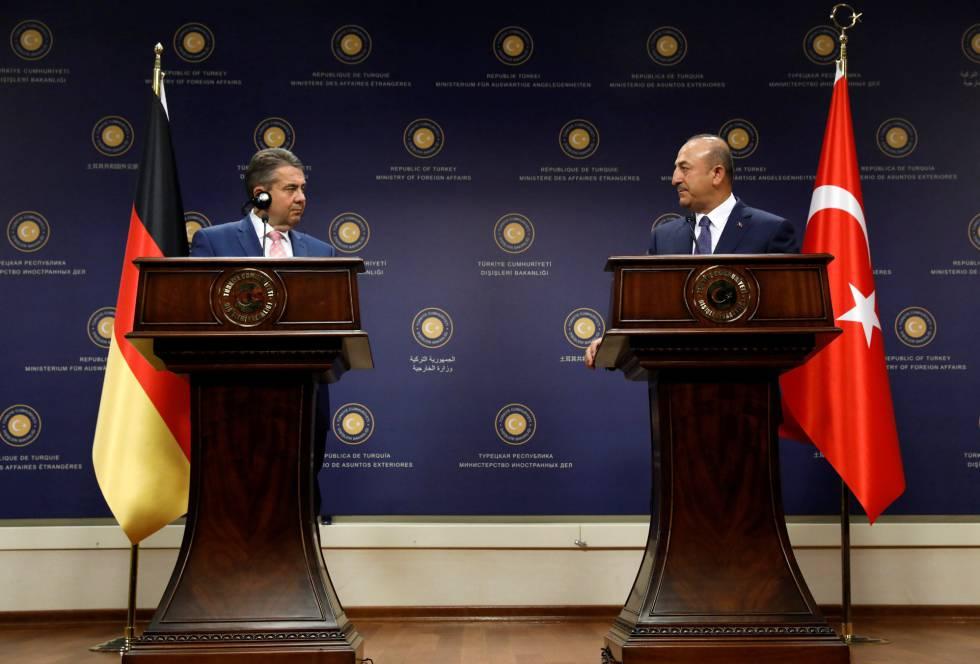 El ministro de Exteriores alemán, Sigmar Gabriel y su homólogo turco, Mevlut Cavusoglu, en conferencia de prensa el lunes en Ankara.