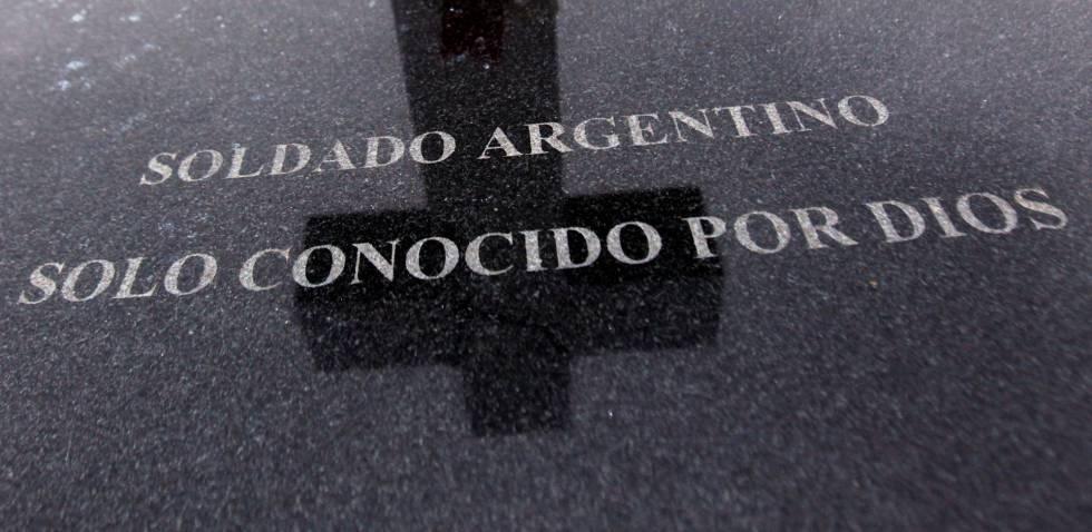 Lápida de un soldado argentino sin identificar en las Islas Malvinas.