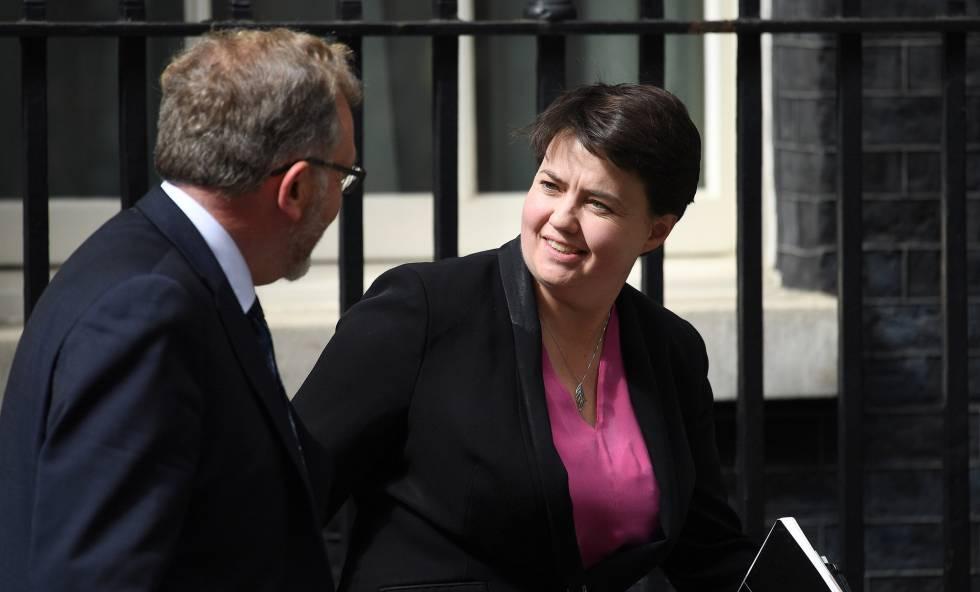 El diputado escocés David Mundell y la líder de los Tory de Escocia, Ruth Davidson, salen del 10 de Downing Street este lunes.