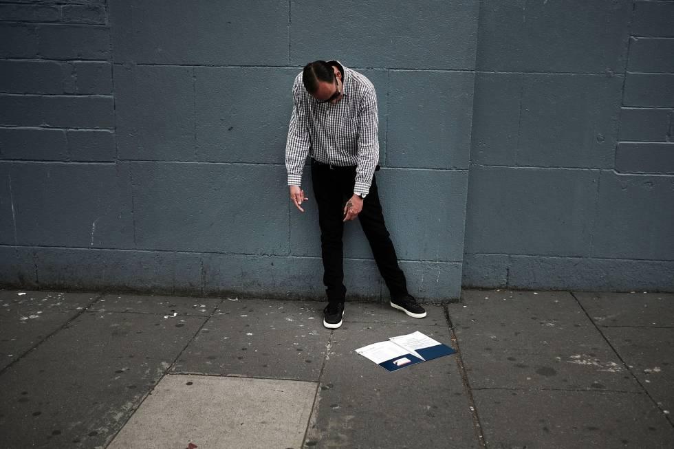 Un adicto en una calle del Bronx en Nueva York.