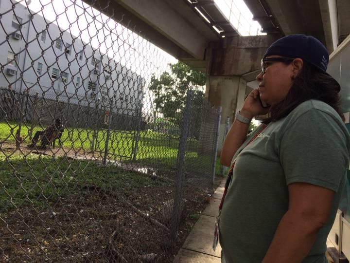 Emelina Martínez, coordinadora de una ONG de atención a adictos, en Overtown (Miami).