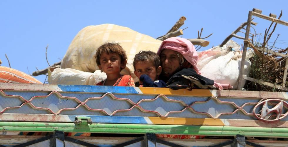 Un grupo de familias sirias abandonan Raqa (Siria), dominada por el Estado Islámico.