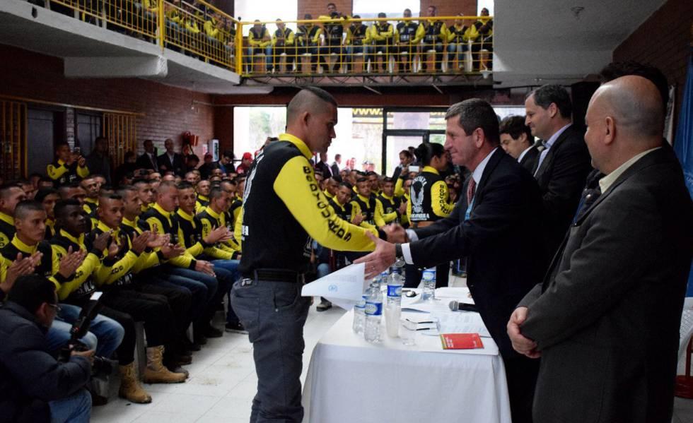 Acto de entrega de los certificados de dejación de armas a exguerrilleros de las FARC.