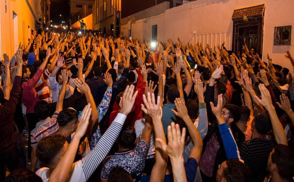 Manifestantes del Movimiento Popular, de Alhucemas, durante una protesta en la ciudad rifeña el pasado 11 de junio.rn