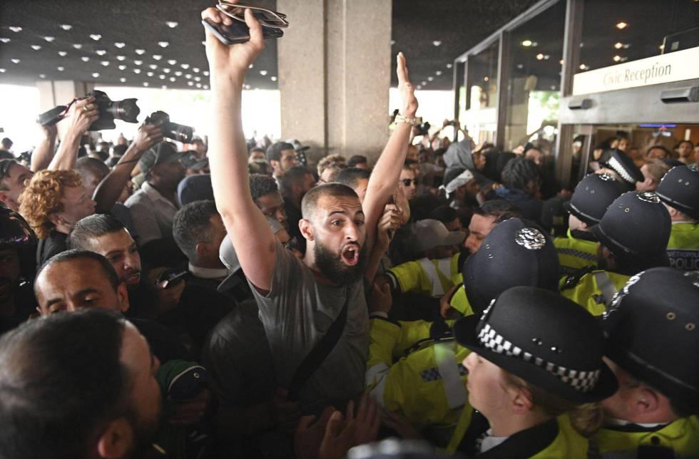 Los manifestantes irrumpen en el Ayuntamiento de Kensington, este viernes.