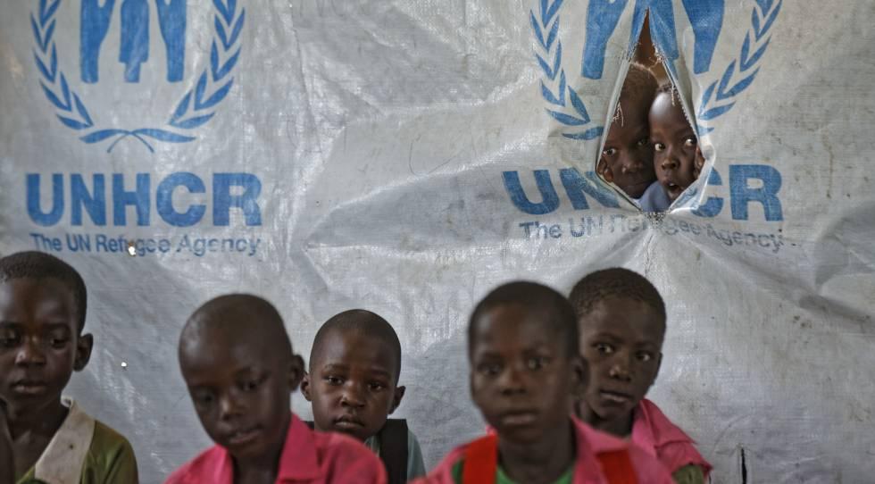 Un grupo de niños sursudaneses, este junio en un campo de refugiados en Uganda.