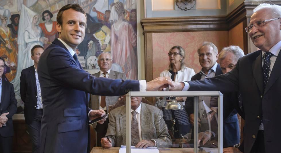 Emmanuel Macron vota este domingo en Le Touquet, en el norte de Francia.