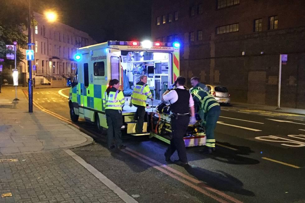 Los servicios de emergencia han llegado a Finsbury Park para auxiliar a los heridos