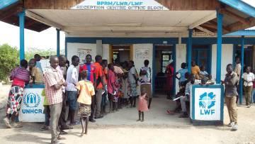 Inmigrantes somalíes esperan a registrarse en el centro de recepción del campo de refugiados de Kakuma (Kenia).