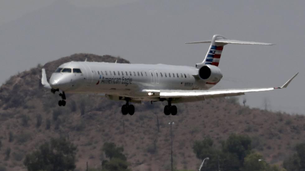 Un avión regional de American Airlines aterrizando en Phoenix