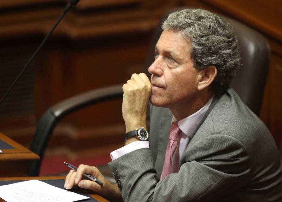 Alfredo Thorne da un discruso en el Congreso peruano.