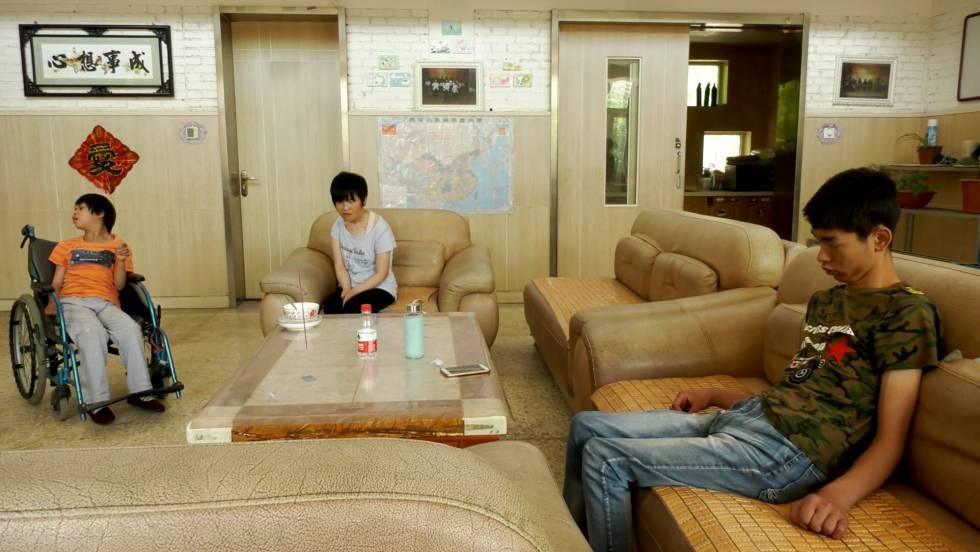 Três deficientes no orfanato católico de Liming, norte da China.