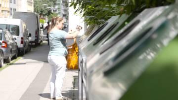 Una mujer recicla basura en Viena.