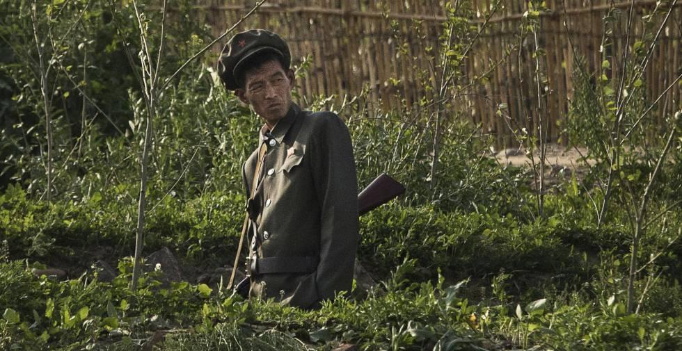 Un soldado norcoreano en mayo junto a la frontera con China.