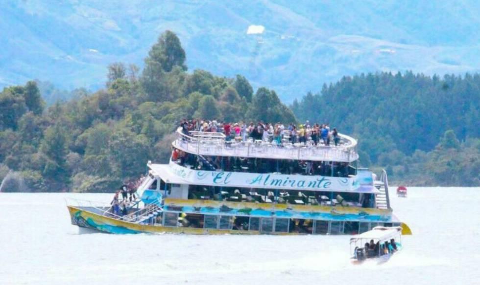 Resultado de imagen para hundimiento de barco en Guatapé Colombia