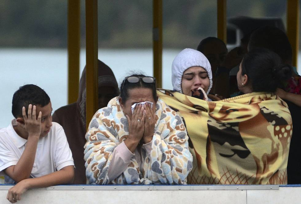 Algunos sobrevivientes del naufragio de un barco en la represa de Guatapé, Antioquia.