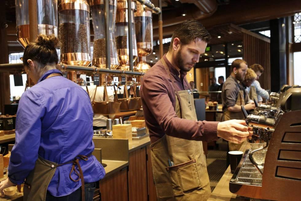 Empleados preparan café en el Roastery de Starbucks, en Seattle (EE UU)