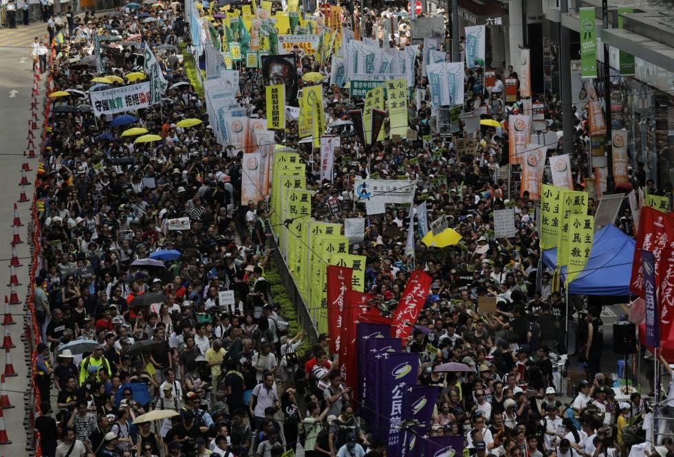 Miles de personas marchan a favor de la demoacracia en Hong Kong.
